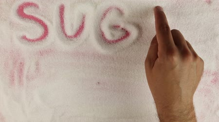 serbest : Men hand draws word sugar free on the surface of sugar