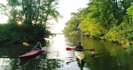 гребля : Two kayaks with people on the scenic river