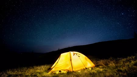 Time-lapse. Glowing camping tent under a starry sky Stok Video