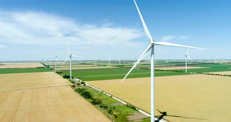 альтернатива : Group of windmills for electric power production in the agricultural fields. Стоковые видеозаписи