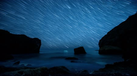 Time lapse. Star trails above the rocky seashore Dostupné videozáznamy