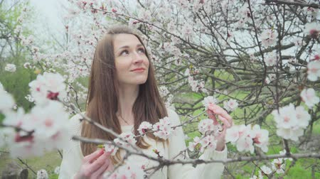 frescura : Beautiful girl near blossoming tree in spring