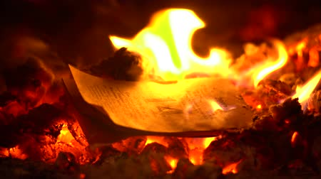 The tear-off calendar burns beautifully in fire close-up Dostupné videozáznamy