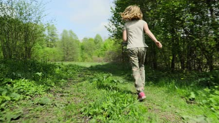 infantil : Girl runs along the spring forest lawn Vídeos