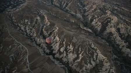 balões : Hot air balloons flying over valley at sunrise. Cappadocia. Turkey