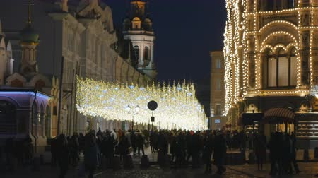 oszlopsor : People walking on decorated before Christmas Nikolskaya street in Moscow