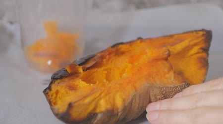 küçük hindistan cevizi : Homemade pumpkin puree made of baked organic pumpkin. Stok Video