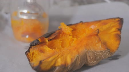 faz tudo : Homemade pumpkin puree made of baked organic pumpkin. Stock Footage