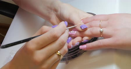 unha : Manicurist makes rhinestones decoration for gel manicure