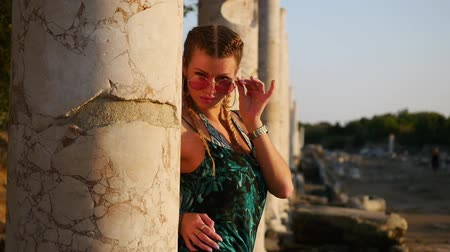 arkeolojik : Woman tourist posing in colonnaded street of ancient greek agora in Side, Turkey Stok Video