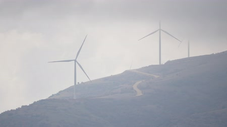 vantagem : Cloudy day in a windmill farm in the mountain in Turkey, Isparta province