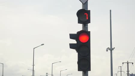 регулировать : closeup of red traffic light with numbers counting down, then yellow and starts green light in fast motion
