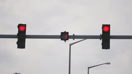 регулировать : closeup of red traffic light with numbers counting down, then yellow and starts green light Стоковые видеозаписи