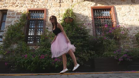 koketa : Fashion lifestyle portrait of young happy pretty woman in pink tulle skirt happily dancing on the street Dostupné videozáznamy