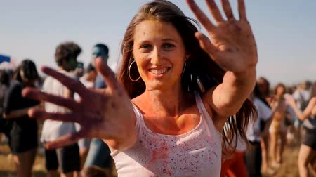 solo adultos : Closeup of young woman dancing in the crowd on the Holi Festival.