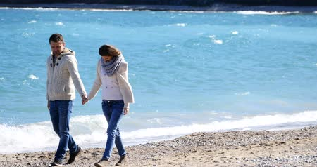 приехать : Young couple holding their hands and walking away by the sea, with heart shaped balloon