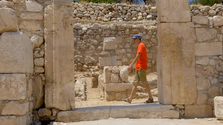 oszlopsor : Man tourist walking in colonnaded street of ancient greek agora in Patara, Turkey