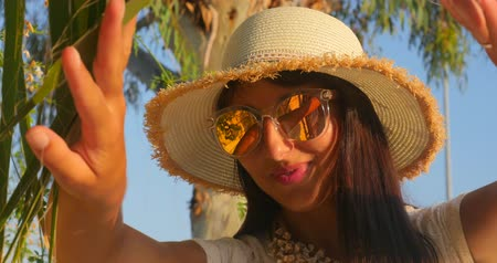 relance : Portrait of the beautiful woman in straw hat and sunglasses