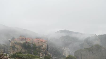yağmur yağıyor : Panoramic view of Varlaam and Roussanou Monastery, Meteora in Greece in winter foggy day,