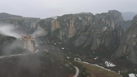 yağmur yağıyor : Panoramic view of Roussanou Monastery, Meteora in Greece in winter foggy day,