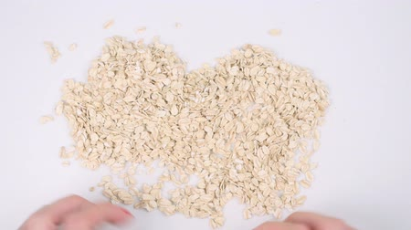 nährstoffe : Closeup of womans hands making heart from oat flakes