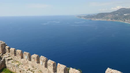 magas szög : Castle of Alanya built on rocks and beach of Cleopatra. Beautiful panorama city view of Alanya, Turkey