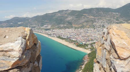 magas szög : Castle of Alanya built on rocks and beach of Cleopatra. Beautiful city view of Alanya, Turkey