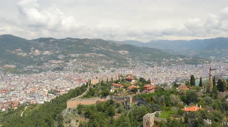 conhecido : Castle of Alanya built on rocks and beach of Cleopatra. Beautiful panorama city view of Alanya, Turkey