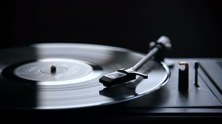 agulha : Music playing on retro vinyl gramophone closeup.