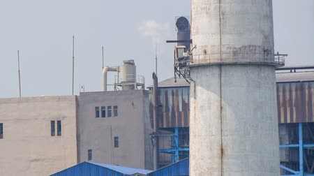 тревожный : KOLKATA, WEST BENGAL  INDIA - JUNE 14TH :  Unidentified factory chimney emitting gas in air, polluting environment on 14.06.15. Pollution is a major issue in Kolkata, editorial footage. Стоковые видеозаписи
