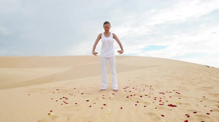 отступление : Young woman practicing yoga in the desert Стоковые видеозаписи