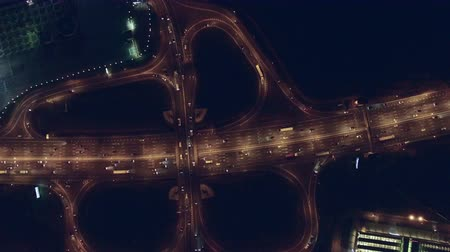 útkereszteződés : Aerial vertical view at night of city traffic on large highway