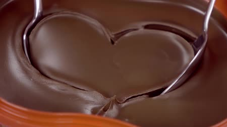 desszertek : Chocolate cream in form of heart. Slow motion.