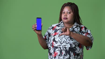 mulheres adultas meados : Overweight beautiful African woman against green background