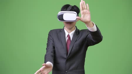 tiro do estúdio : Young Asian businessman using virtual reality headset