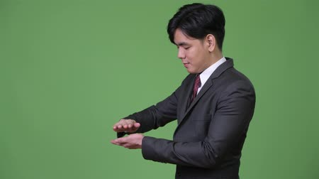 güneydoğu : Young handsome Asian businessman showing something