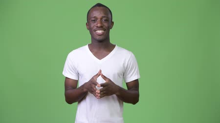 apresentador : Young African man talking against green background