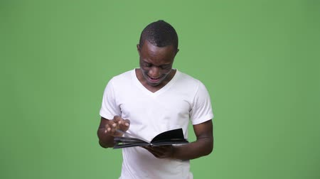 rövid : Young African man reading book