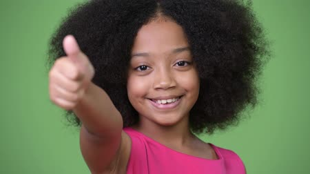 fofo : Young cute African girl with Afro hair giving thumbs up Stock Footage