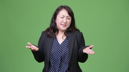 tiro do estúdio : Mature beautiful Asian businesswoman shrugging