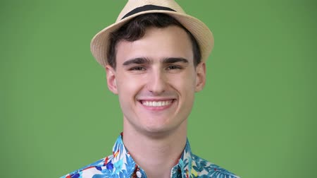 гавайский : Young handsome tourist man ready for vacation