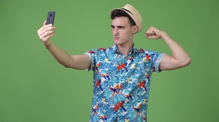 гавайский : Young handsome tourist man taking selfie