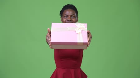 apaixonado : Young beautiful African woman giving gift box