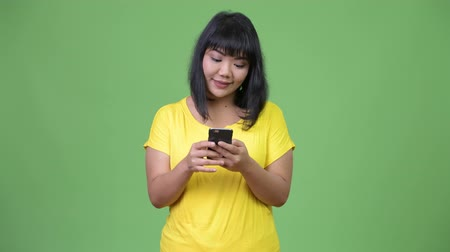 malajské : Beautiful happy Asian woman using phone
