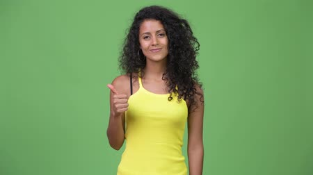 polegar : Young beautiful Hispanic woman giving thumbs up
