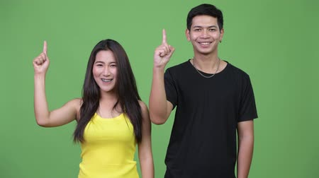 aparat ortodontyczny : Young Asian couple pointing up together