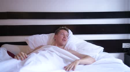 acordar : Young Man Waking Up At Morning In Bedroom