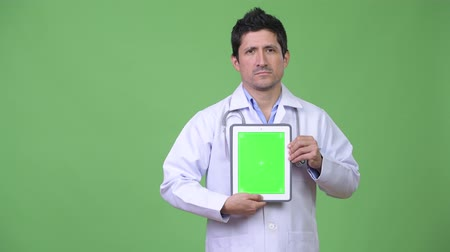 tabuleta digital : Hispanic man doctor showing digital tablet