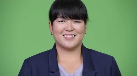 excesso de trabalho : Head shot of beautiful overweight Asian businesswoman smiling