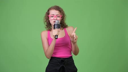 kolsuz : Young happy beautiful nerd woman singing with microphone Stok Video